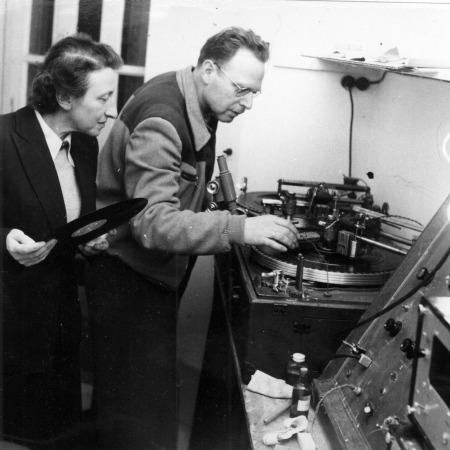 המחלקה ללימודי המזרח התיכון, גב' אסתר גרשון-קיווי, עמיתת מחקר במוסיקולוגיה יהודית, בודקת תקליט שהיא הכינה, טרה סנקטה, צילום בראון וורנר, 2 בינואר 1955